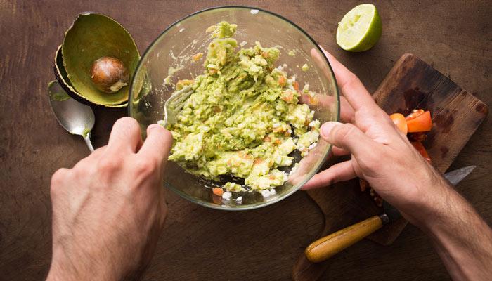 hacer guacamole