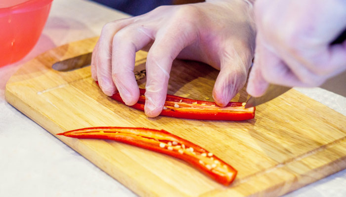 desvenar chiles rojos