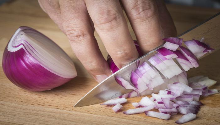 picar cebolla morada
