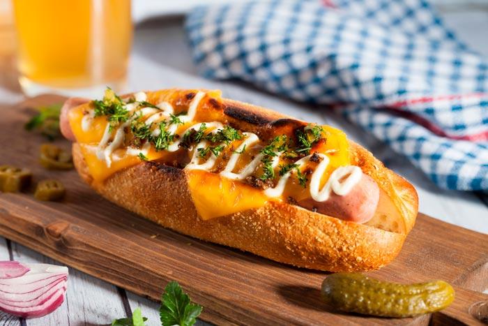 Perrito Caliente (Hot Dog) con Cebolla crujiente y Queso