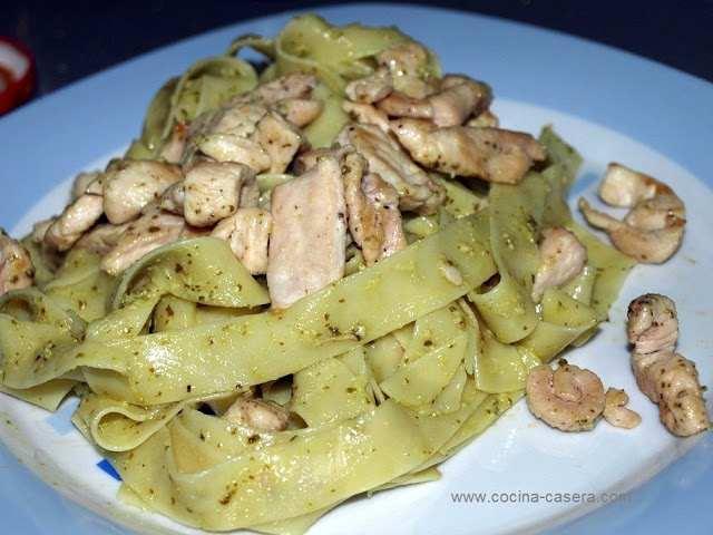 Nidos de pasta con pollo al pesto