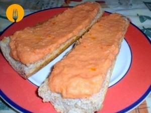 Barritas o tostadas de pan con tomate triturado para desayunar