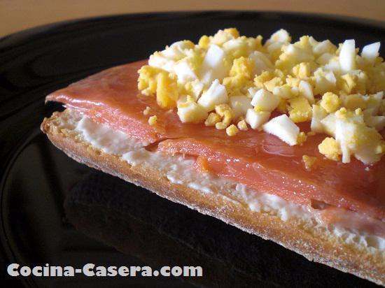 Tosta de salmón ahumado con queso