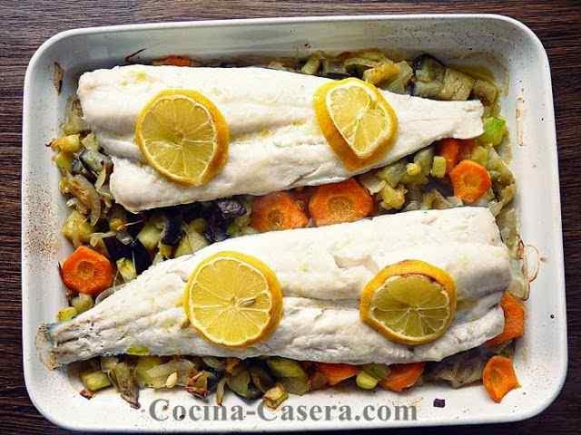 Merluza con Verduras al Horno. Receta fácil -Pescado al horno