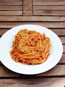Tallarines con Tomate y Gambas. Receta de pasta fácil