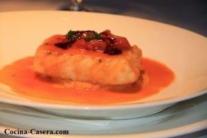Merluza con almejas en salsa roja