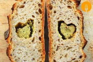 Pan casero con paté de olivas verdes