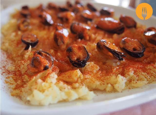 Mejillones a la gallega en lecho de patata