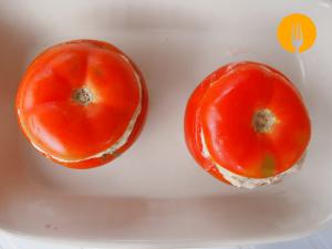 Tomates rellenos de aguacate, jamón y gambas