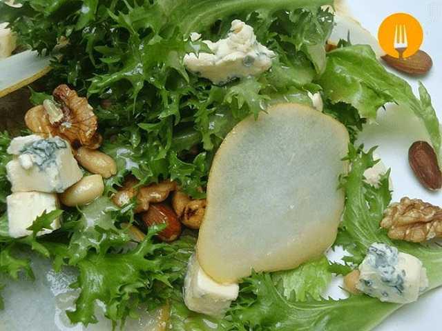 Ensalada de hojas verdes, queso azul y pera