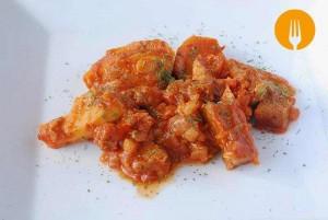Magro de cerdo con patatas y salsa de tomate