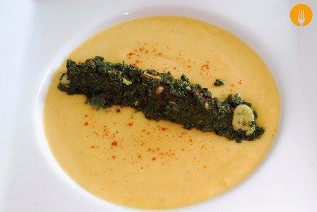 Crema de salmón y gambas con espinacas al ajillo