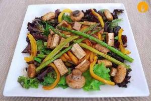 Ensalada templada de verduras y tofu
