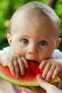 Algunos alimentos que no deben comer los bebés