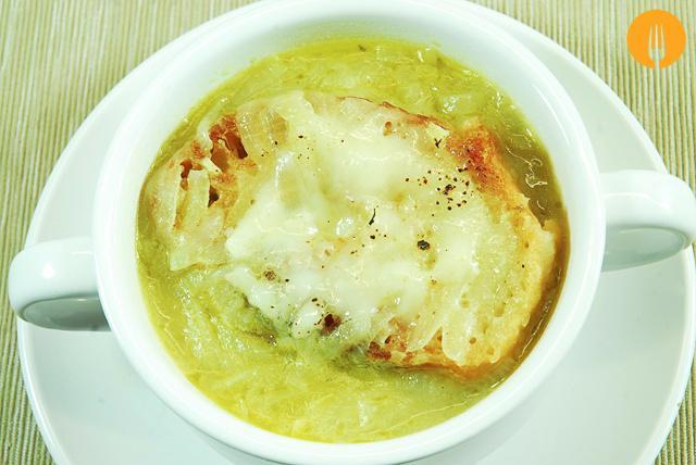 Sopa de cebolla casera. Receta fácil