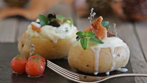 Patatas rellenas de crema de bacalao y ajo