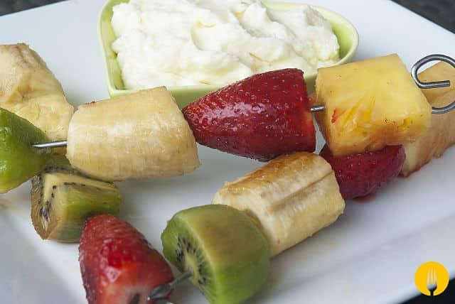 brochetas de frutas con mascarpone