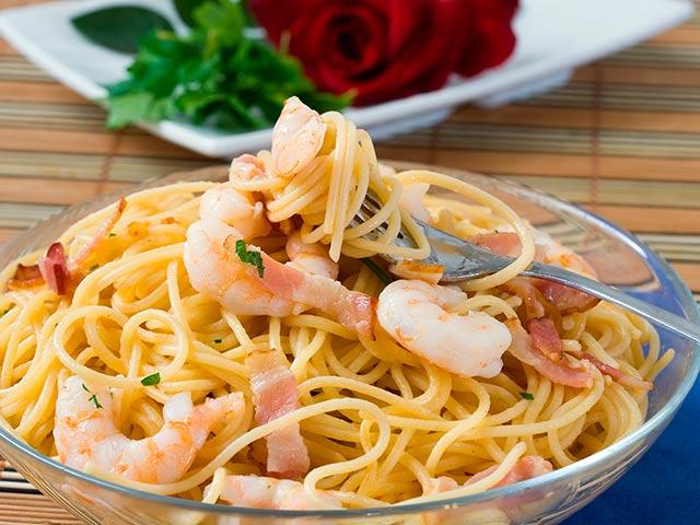 Espaguetis con gambas y bacon