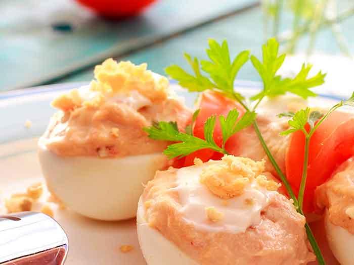 Huevos rellenos de atún y tomate frito