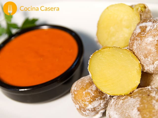 Papas Arrugadas con salsa de mojo rojo picón