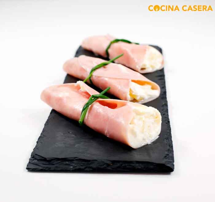 Rollos ligth de jamón cocido con piña y mousse de queso