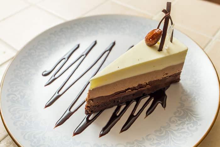 Tarta de tres chocolates con bizcocho