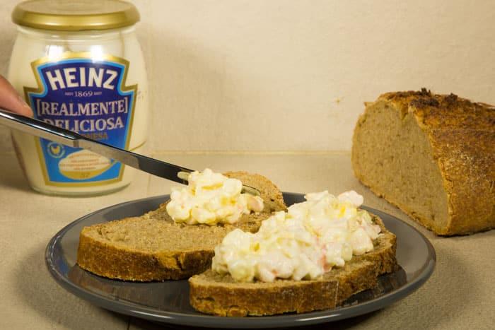 untando la mezcla en el pan