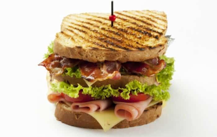 Sándwich club o club sándwich