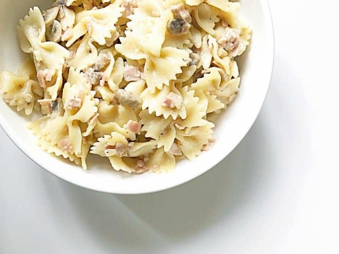Pasta con beicon y champiñones