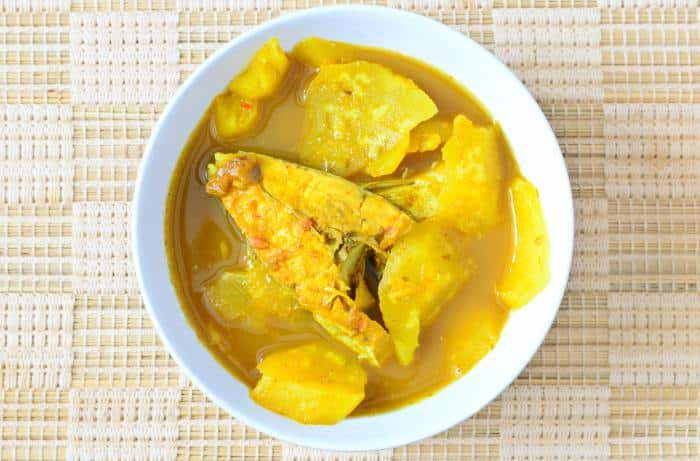 Salmón en salsa de curry con piña