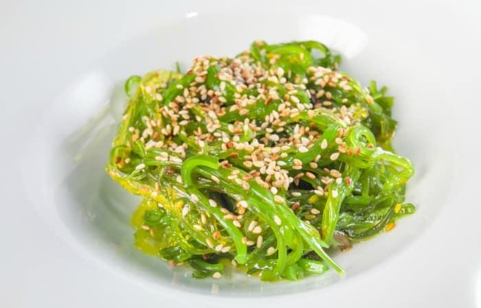 ensalada de algas wakame , espirulina y semillas de sésamo