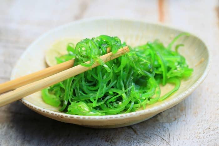 Ensalada de algas wekame, espirulina y semillas de sésamo