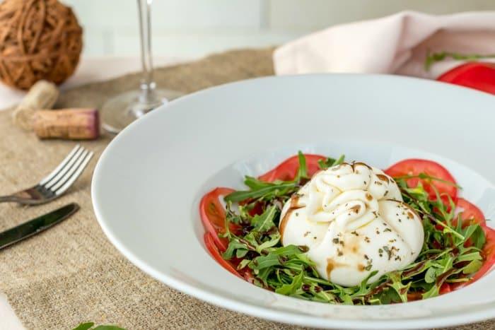 ensalada de tomate con burrata