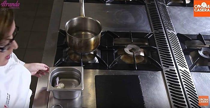 preparar huevos escalfados