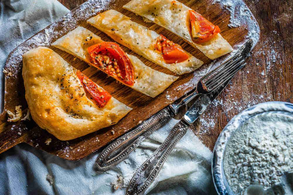 Pan con aceite, habas, tomate y bacalao. Receta de Jaén