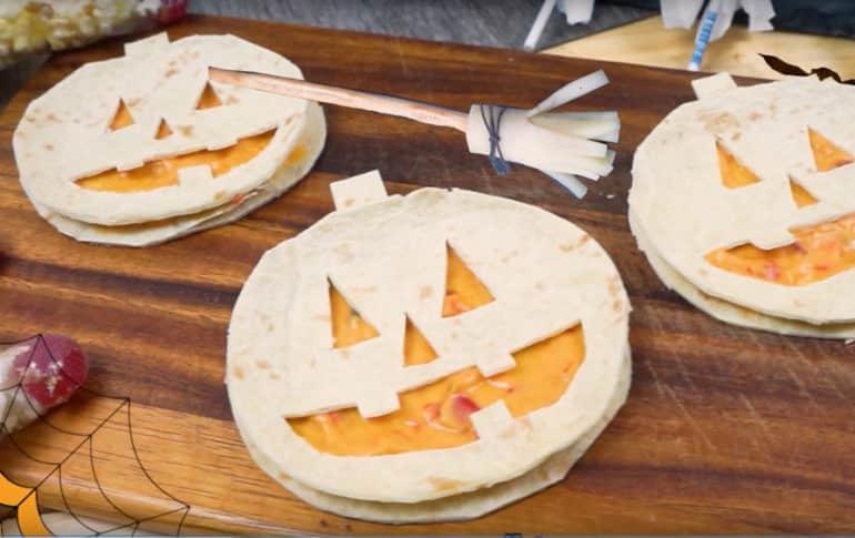 Calabazas de Quesadillas y Escobas de Bruja para Halloween