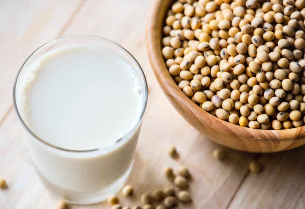Bebidas vegetales vs leche de vaca, ¿qué opción es mejor y más sana?