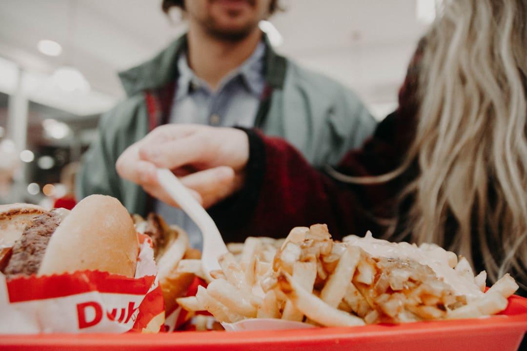 Los 7 errores que cometes al comer en la oficina y que puedes evitar