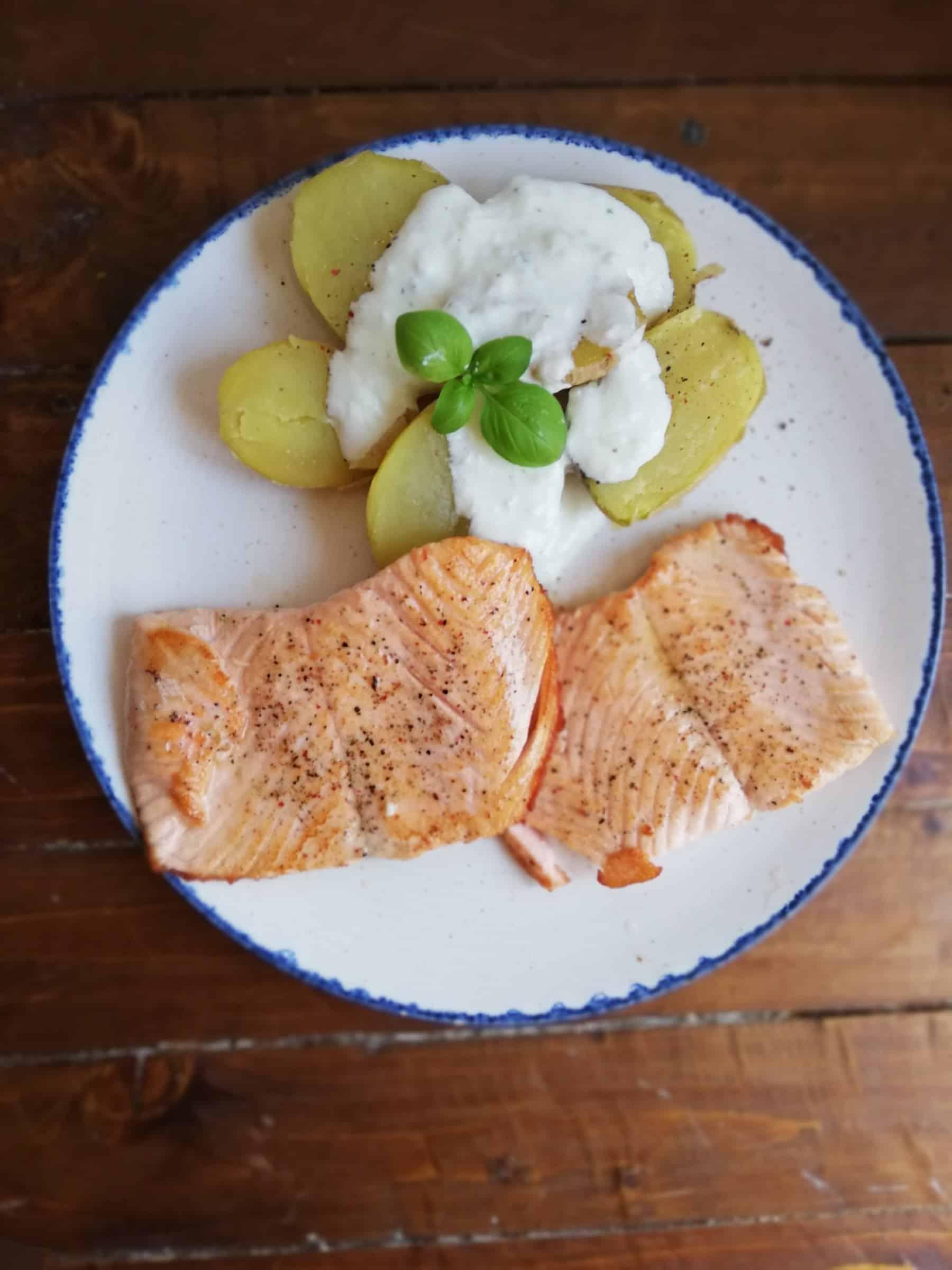 Salmon a la plancha con patata y Tzatziqui