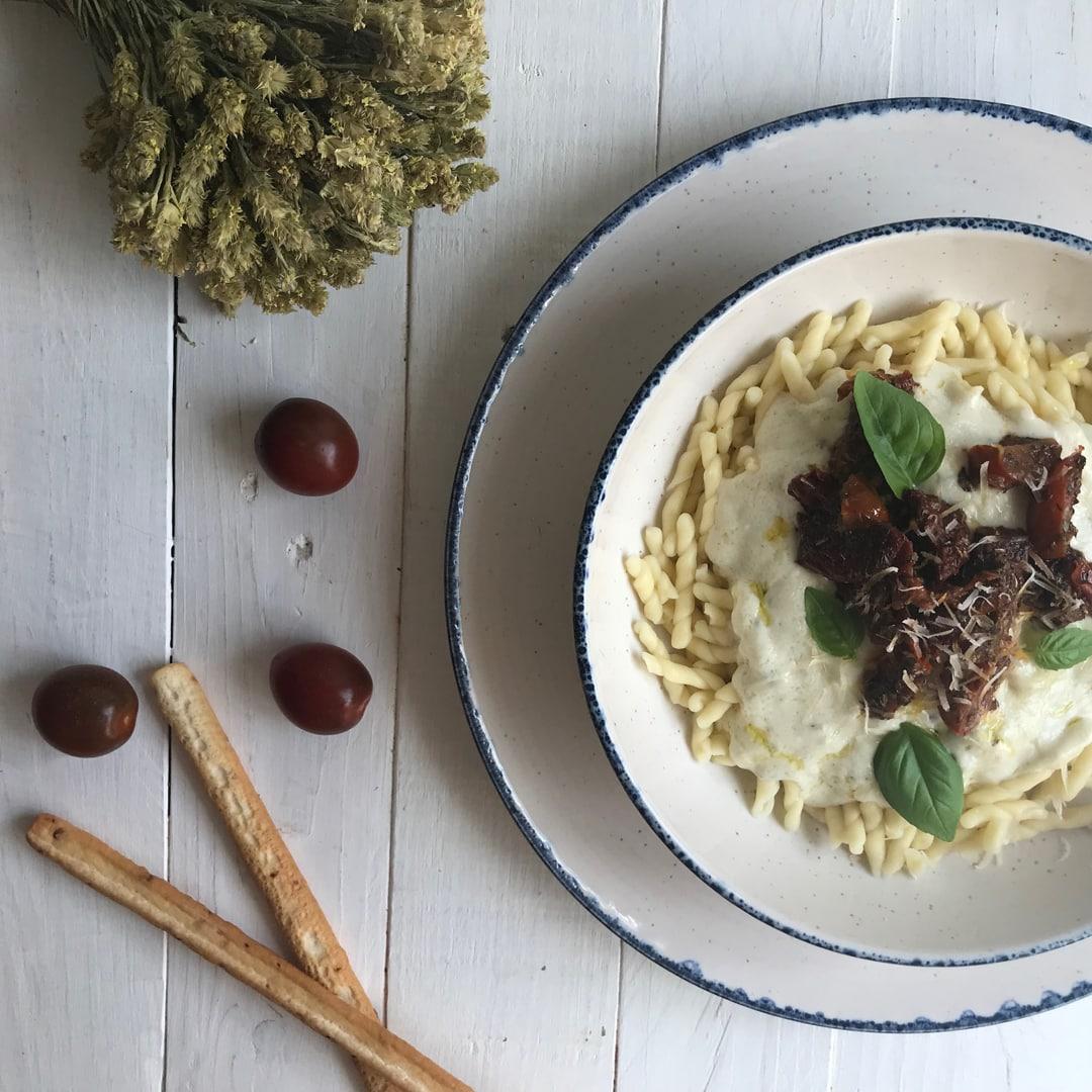 Pasta con salsa de queso y tomates secos