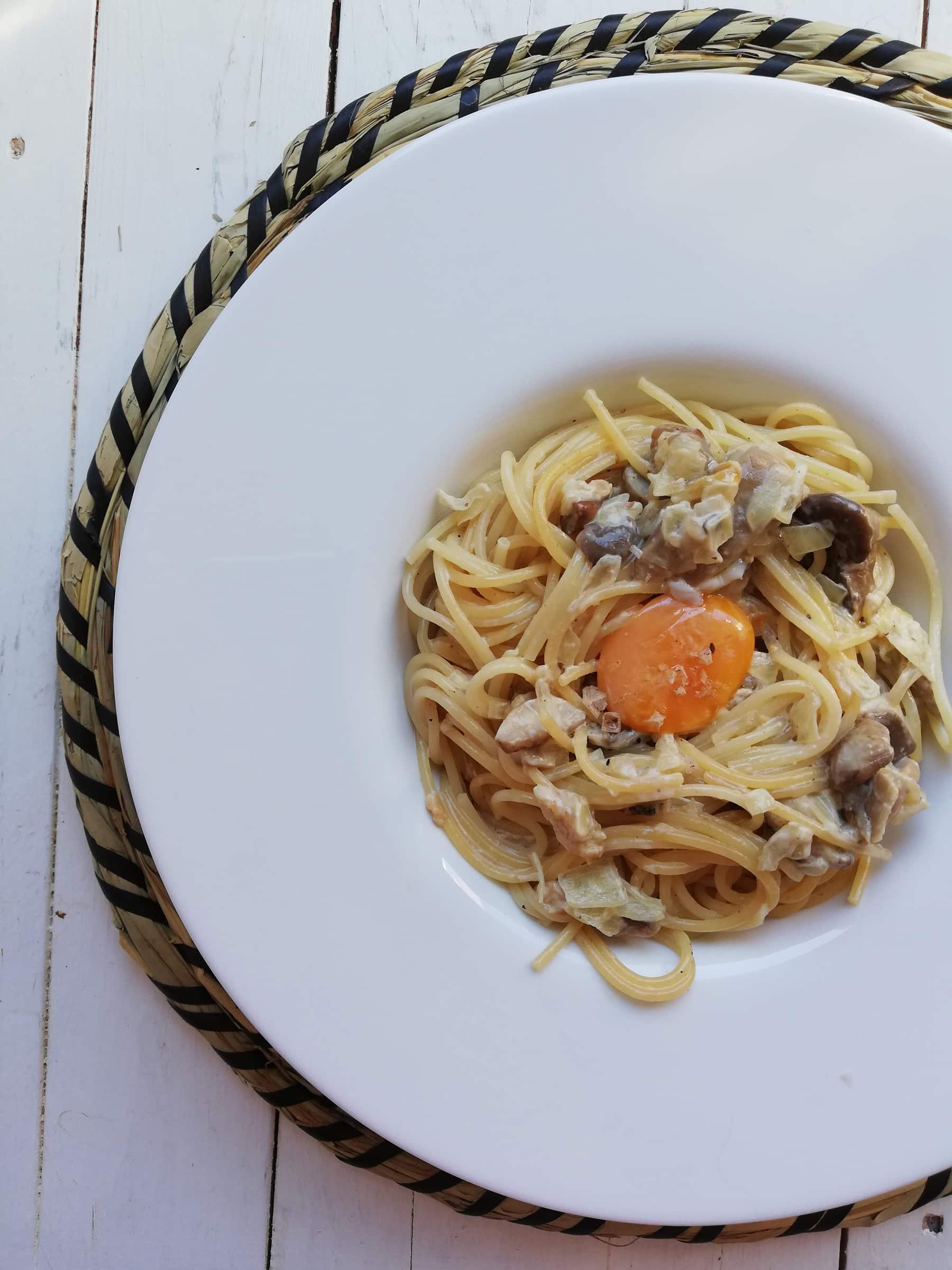 Pasta con setas, aceite de trufa y yema