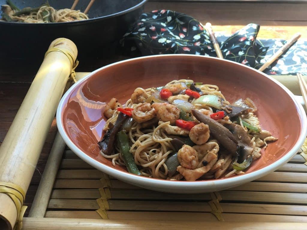 Tallarines chinos con pollo, gambas y setas
