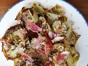 Flores de alcachofa con foie y jamon