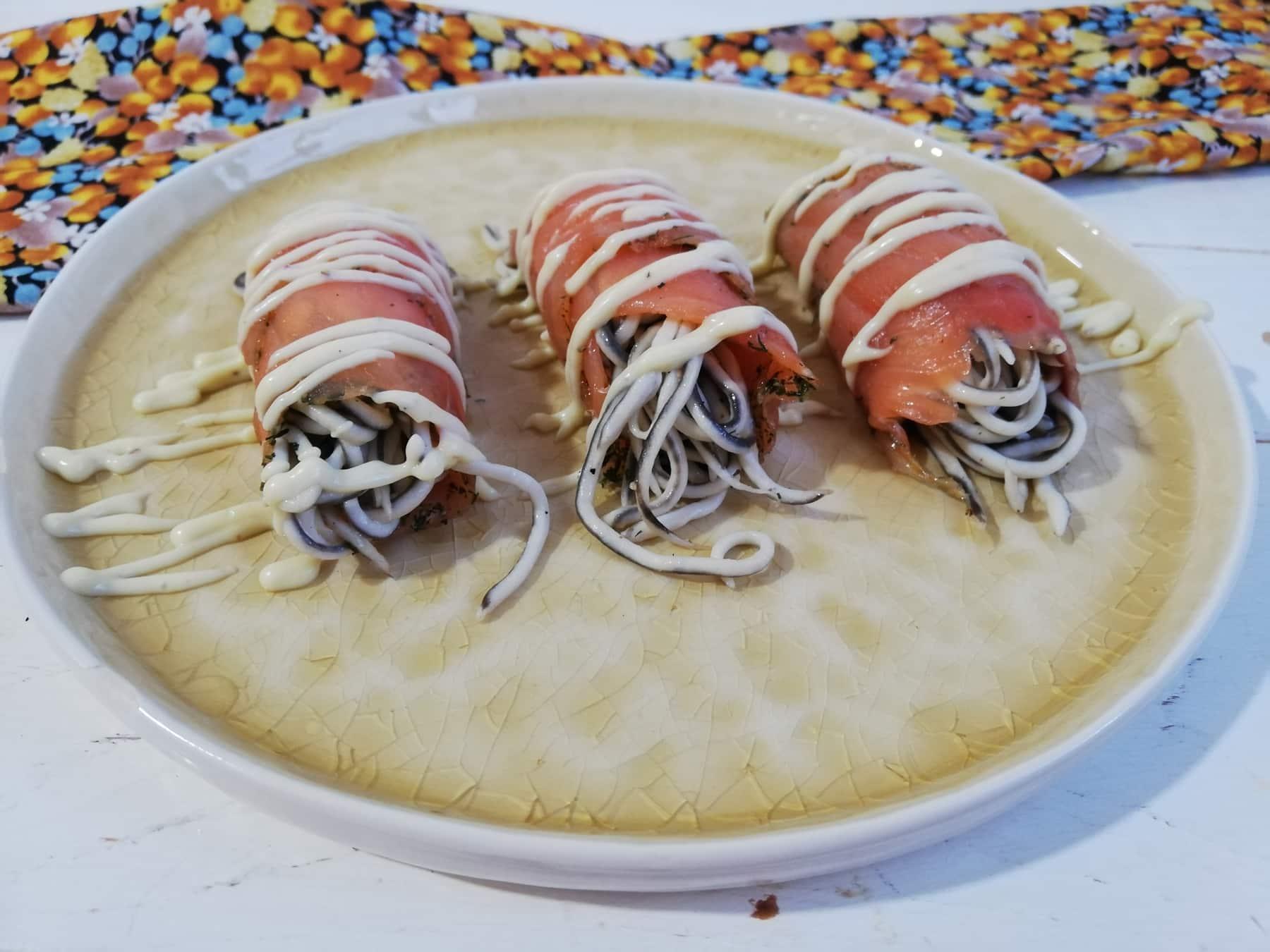 Rollitos de salmon y gulas con mayonesa de wasabi