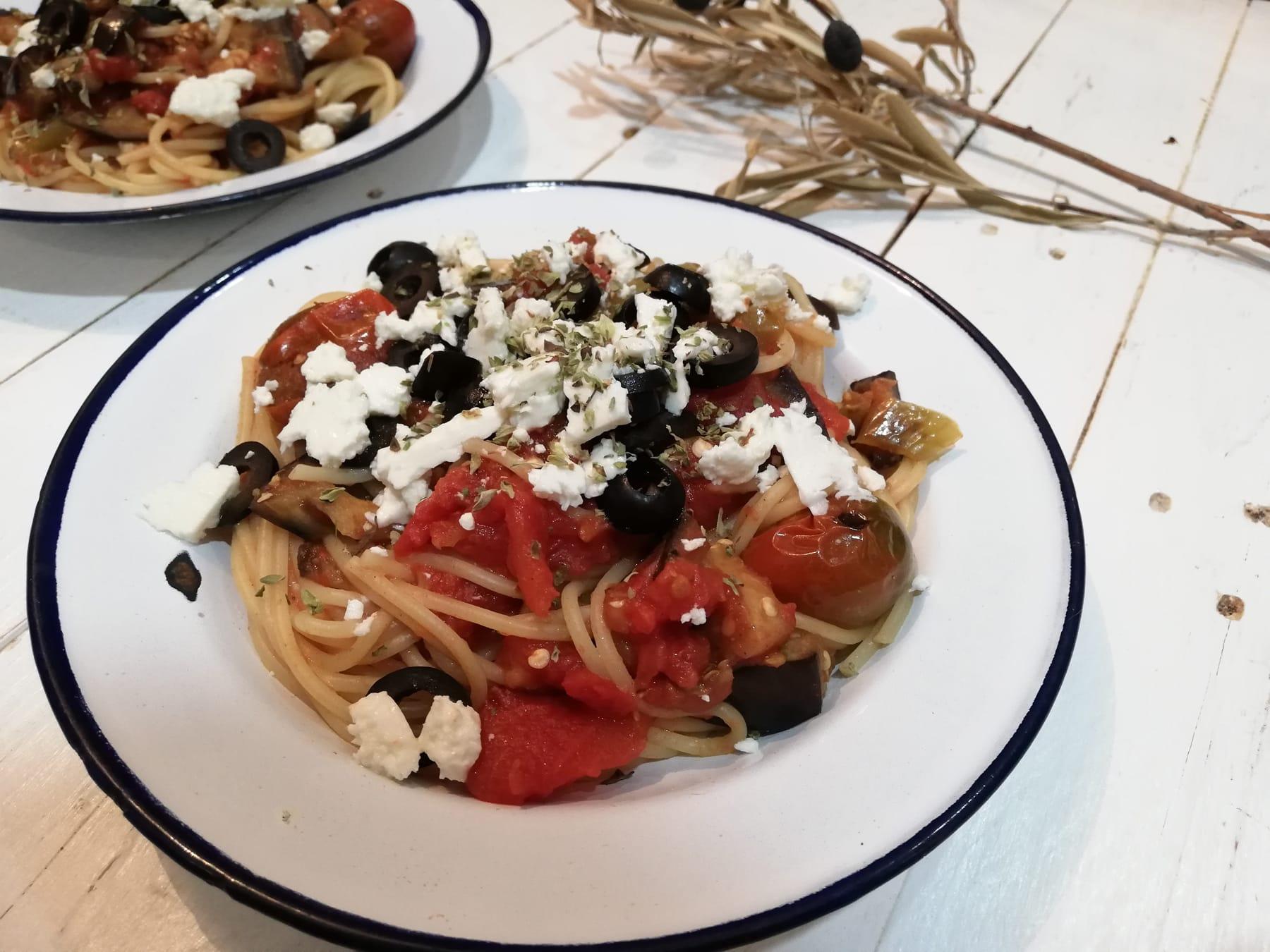 Pasta griega con verduras y feta