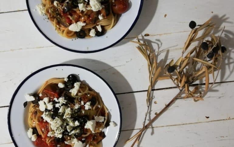 Pasta griega con verduras y queso feta