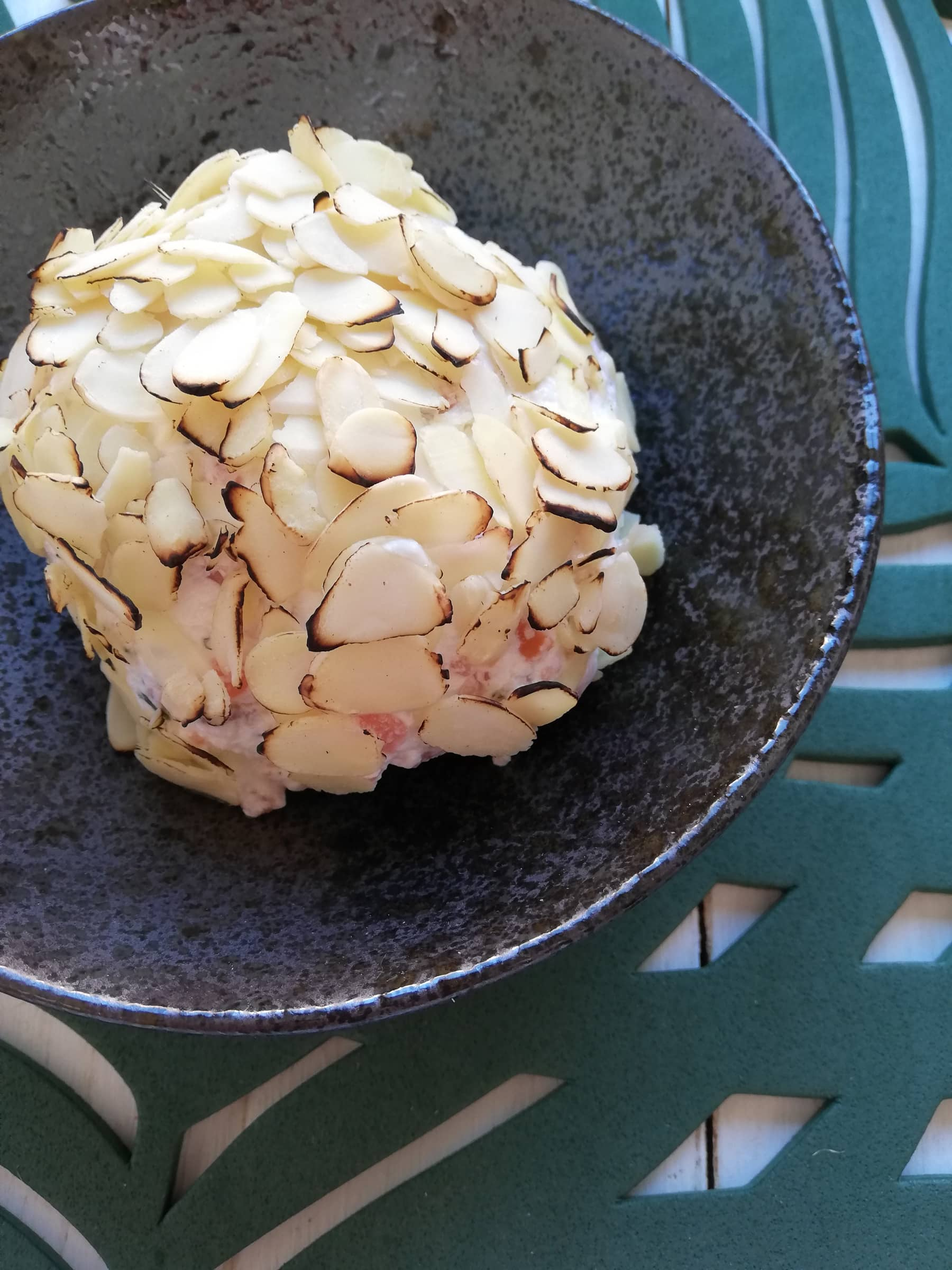 Bola de queso crema con salmón ahumado y almendras