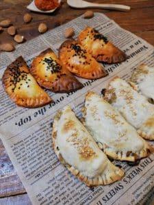 Empanadillas de sobrasada y de almendra y queso azul con pera