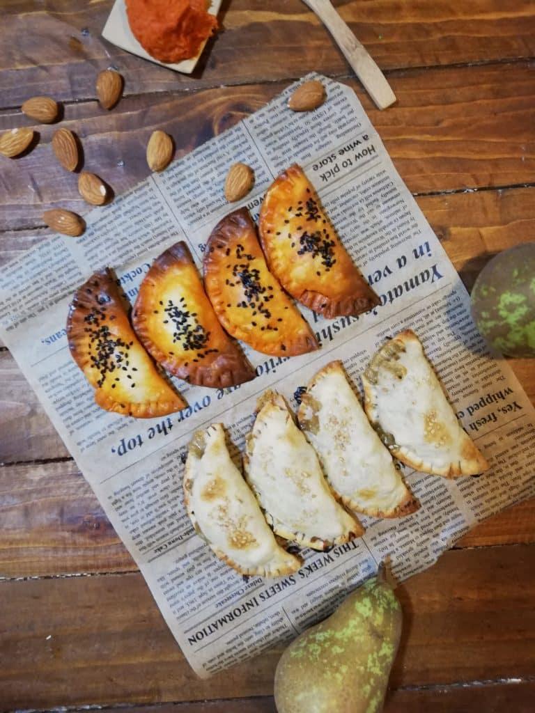 Empanadillas de sobrasada y almendras y de queso azul con pera