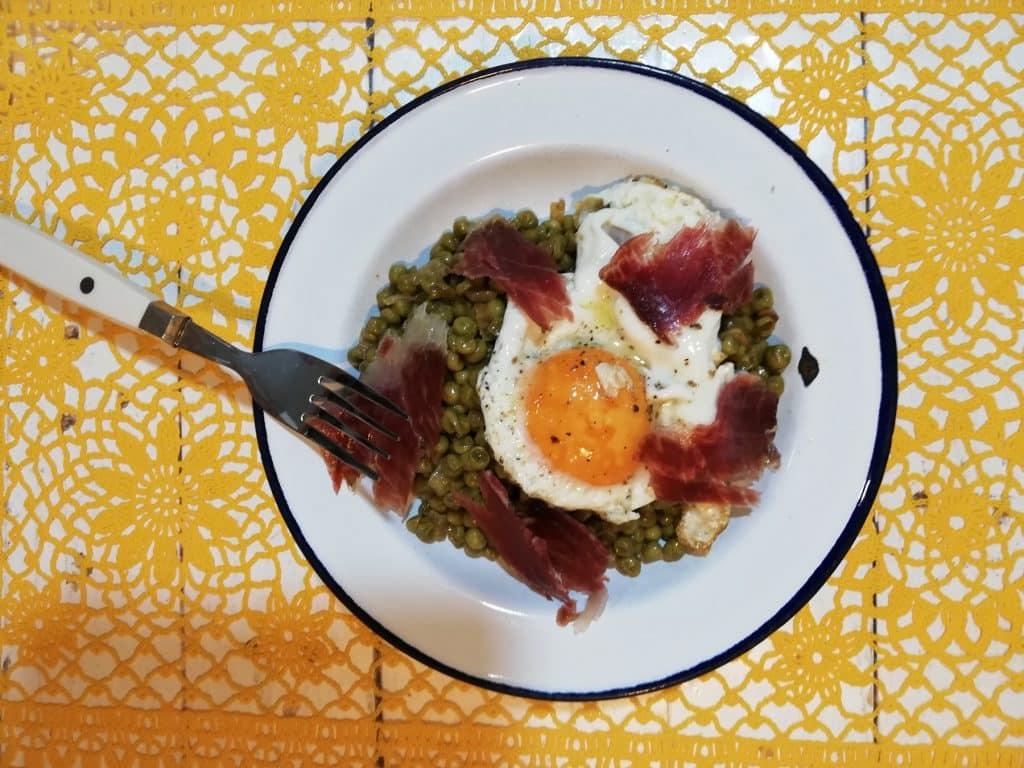 Guisantes con jamon y huevo